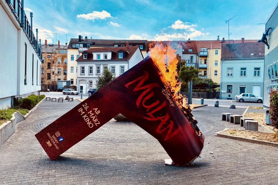 Die Betreiber des Cinema in Döbeln haben aus Protest einen Werbeaufsteller für den Film Mulan verbrannt.