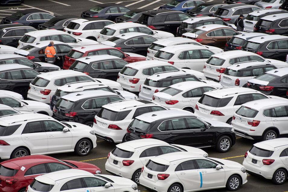 Die Deutsche Umwelthilfe will mit einer Klage die Autobauer BMW und Mercedes-Benz zum Verbrennerausstieg bis 2030 zwingen.