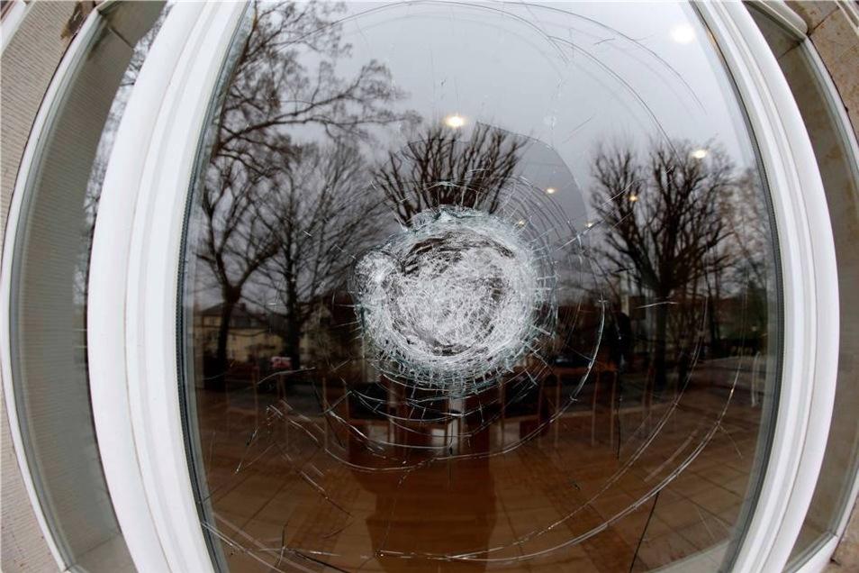 Vollständig zerstört wurden die Fenster aber nicht - es handelt sich um Sicherheitsglas.