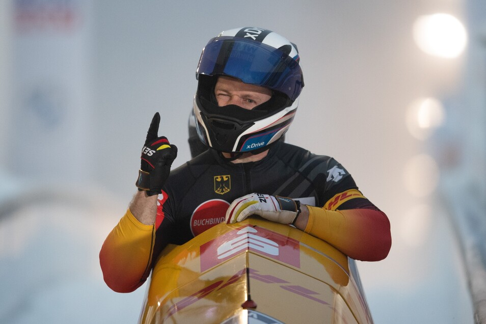 Die Geste passt. Francesco Friedrich, hier kurz nach der Zieleinfahrt zu seinem siebenten WM-Titel im Zweier hintereinander, ist mit der neuen Olympiabahn für die Winterspiele 2022 in Peking sehr zufrieden.