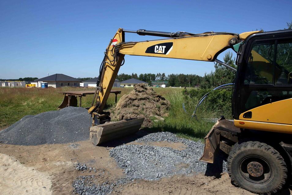 Der Bagger steht schon bereit: Die Erschließungsarbeiten für den zweiten Bauabschnitt im Wohngebiet Heideweg in Königsbrück starten in Kürze.