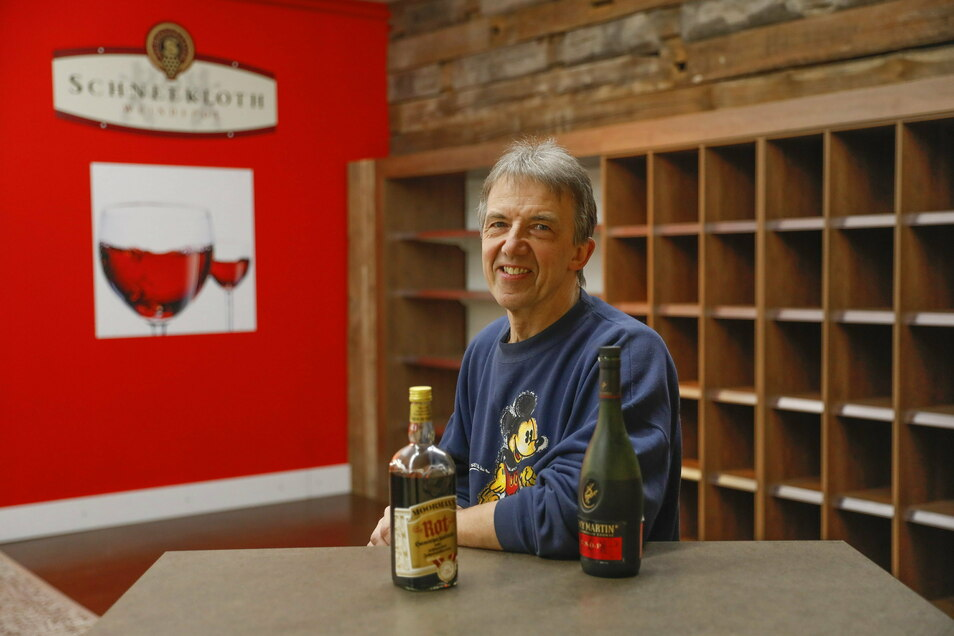 Probesitzen vor dem neuen Weinregal: Uwe Berndt will in der Kaufhalle in Eibau künftig Getränke und Regionales anbieten.