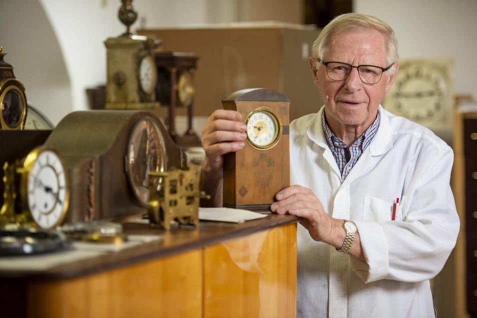 Der Pirnaer Uhrmachermeister Gert Weise, 79, erlebte den Zweiten Weltkrieg als Kind im Luftschutzkeller. Was Krieg wirklich bedeutet, steht im Tagebuch seines Vaters. Erst 88-jährig hat Marcel Weise seine Kriegsnotizen ins Reine geschrieben.