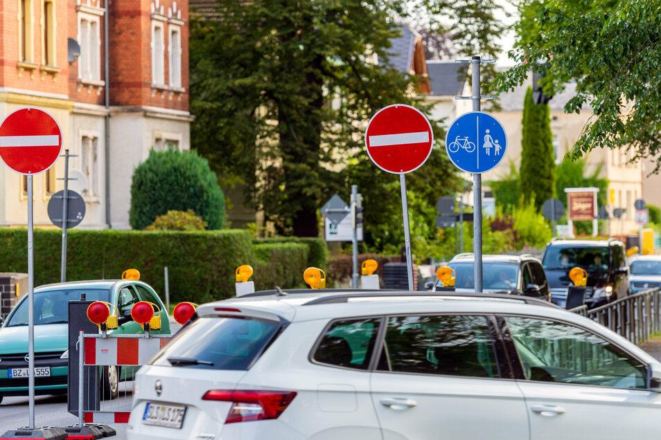 Autos in Richtung Bautzen müssen am Goethepark in Bischofswerda bisher eine Umleitung fahren. Montag früh sollen die Sperrscheiben abgebaut werden.