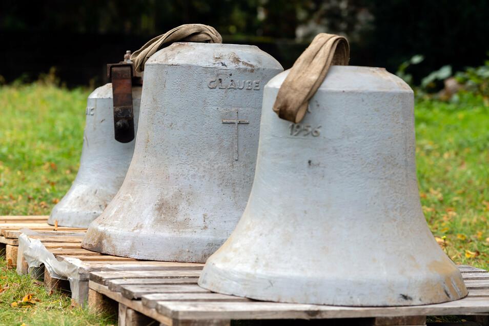 Insgesamt drei Glocken mussten für die Sanierung des Glockenstuhls in Graupa ausgehängt werden.