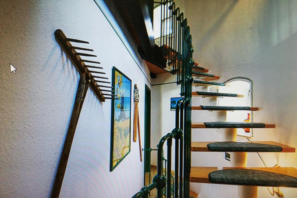 Die Treppen in der Windmühle führen an den Wänden entlang im Kreis.