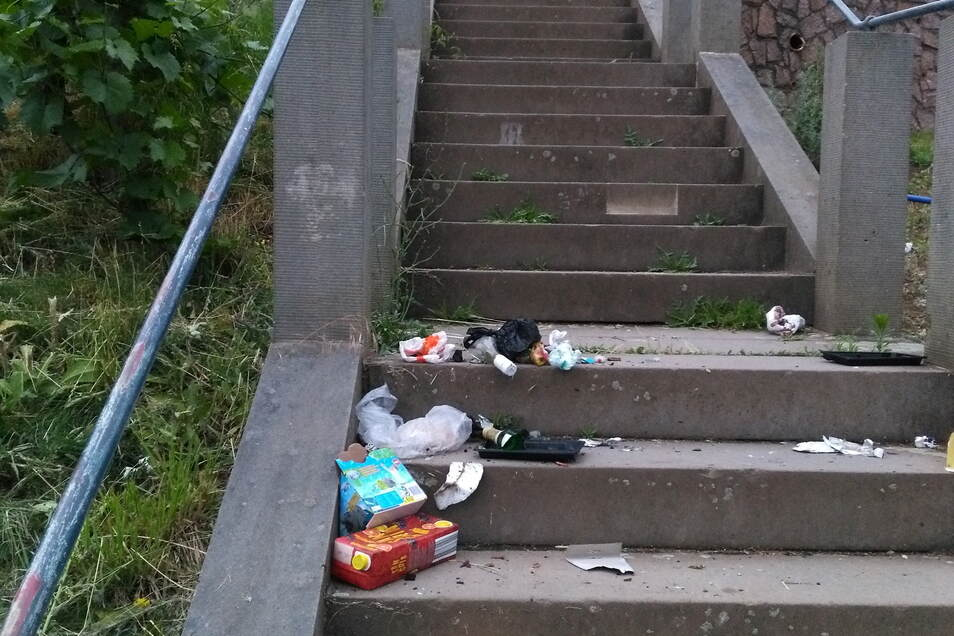 ... oder Vandalen kippen die Mülltonne über den Stufen aus. Es ist kein schöner Anblick.