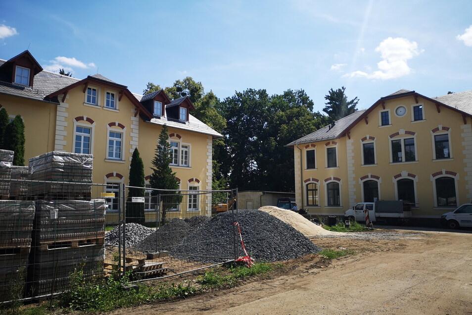Die Zeit bis zum Start des neuen Schuljahres wird genutzt, um den Hof des Schulcampus neu zu gestalten. Die Gebäude - rechts die Schule, links das Internat - sind fertig saniert und umgebaut.