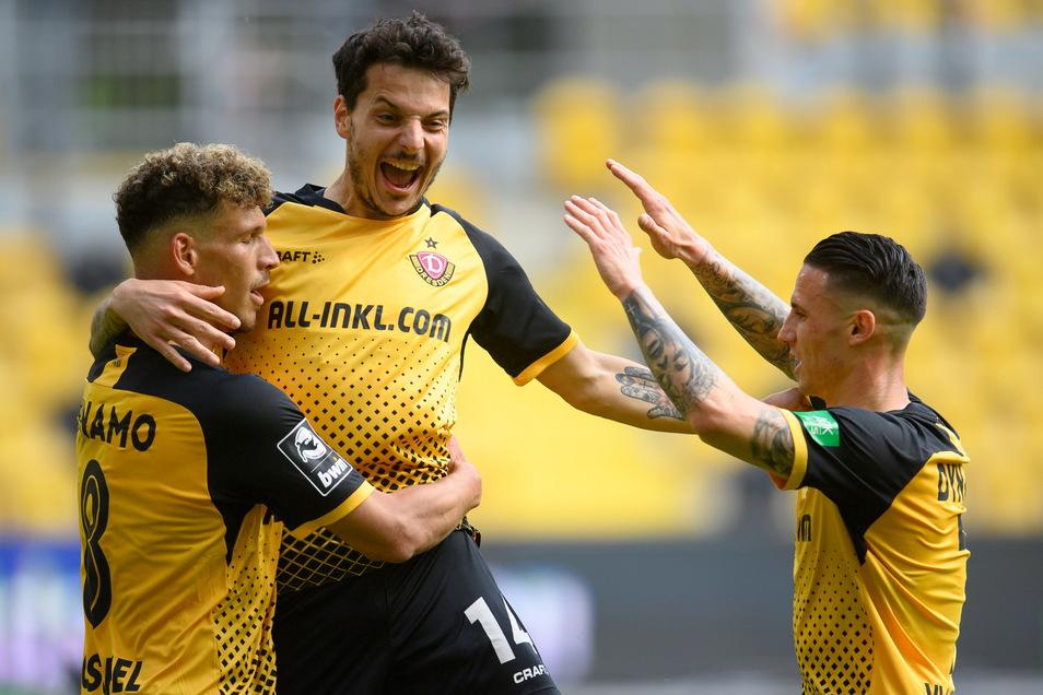 Dynamos Heinz Mörschel (l) jubelt nach seinem Tor gegen Türkgücü München zum 3:0 mit Philipp Hosiner (M) und Panagiotis Vlachodimos.