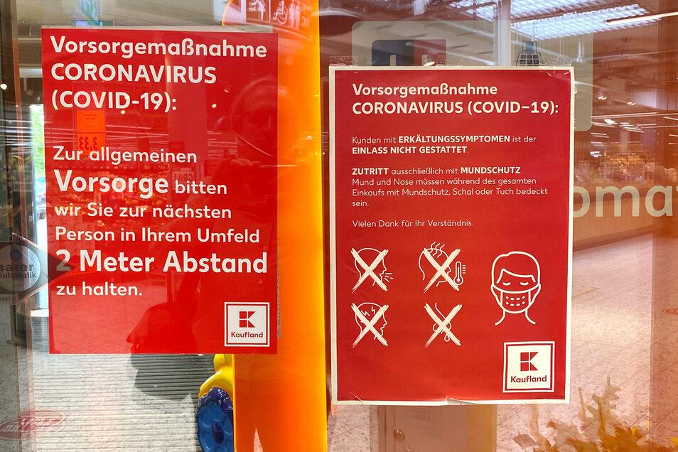 Am Eingang vom Kaufland in Ebersbach weist ein Schild auf die Maskenpflicht hin.