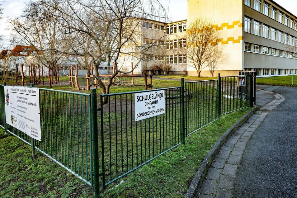 """Auf dieser Fläche möchte die Riesaer Trinitatis-Grundschule eine """"Bringe- und Abholzone"""" für Eltern einrichten - insgesamt 21 Stellflächen. Aber das Landratsamt ist skeptisch."""