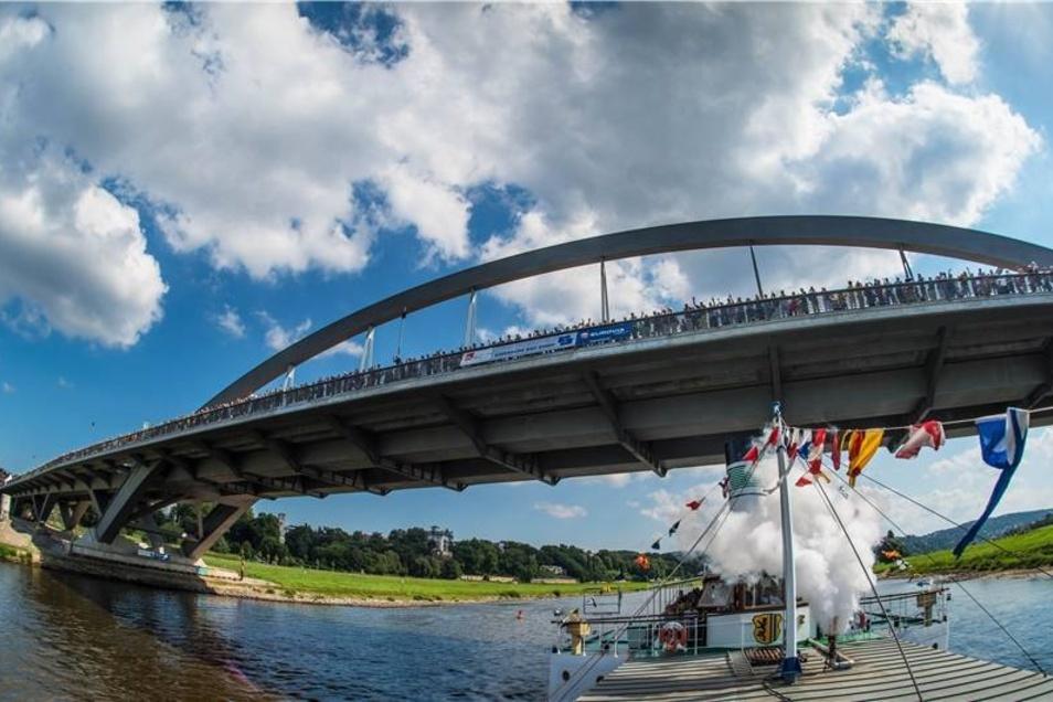 """Während der Eröffnungsfeier am Wochenende standen Besucher auf der Waldschlößchenbrücke, während darunter das Dampfschiff """"Leipzig"""" durchfuhr."""