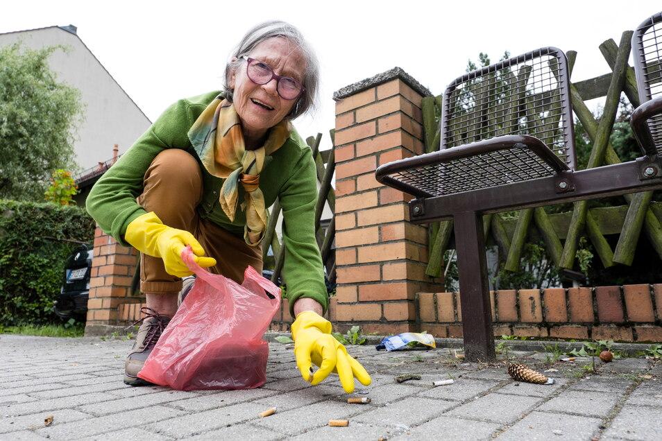 Inge Müller sammelt an einer Bushaltestelle in Görlitz Zigarettenstummel vom Gehweg auf. Das finden auch Dresdner cool.