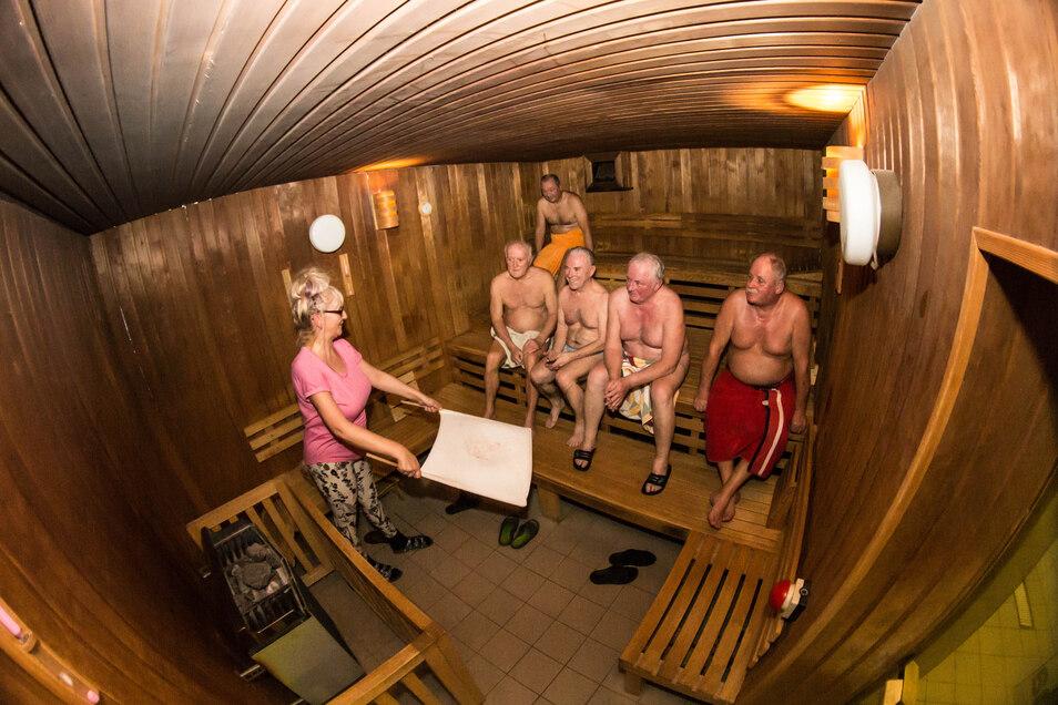 Klein und fein ist die Nieskyer Sauna am Waldbad. Katrin Natusch (links) macht vieles für ihre Gäste möglich. Aber sie müssen auch kommen, damit die Sauna betriebsfähig bleibt.