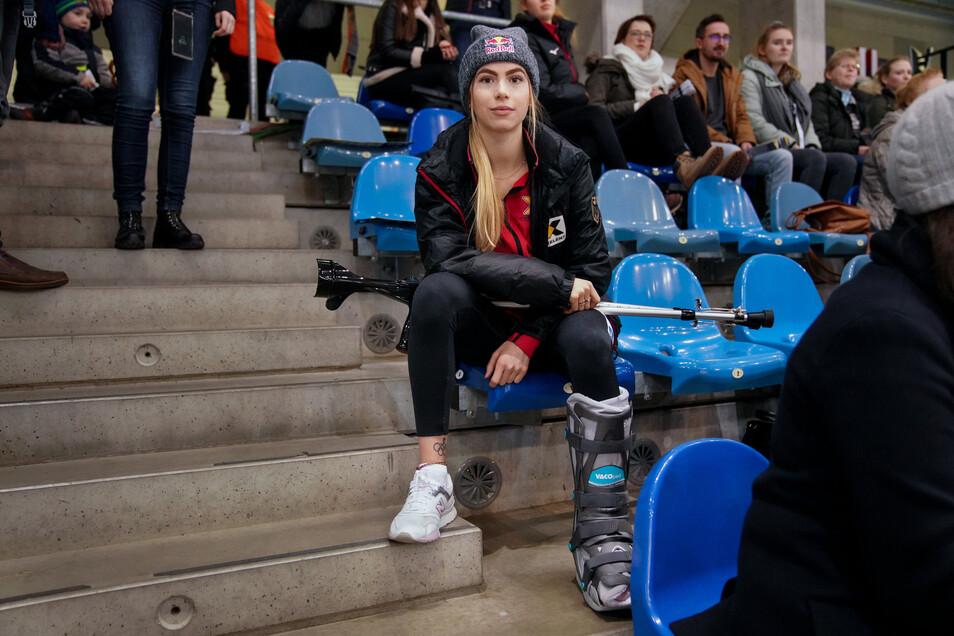 Nur noch zuschauen kann Anna Seidel ausgerechnet bei ihrem Heim-Weltcup in Dresden, nachdem sie sich bei einem Sturz am Sprunggelenk verletzt hat.