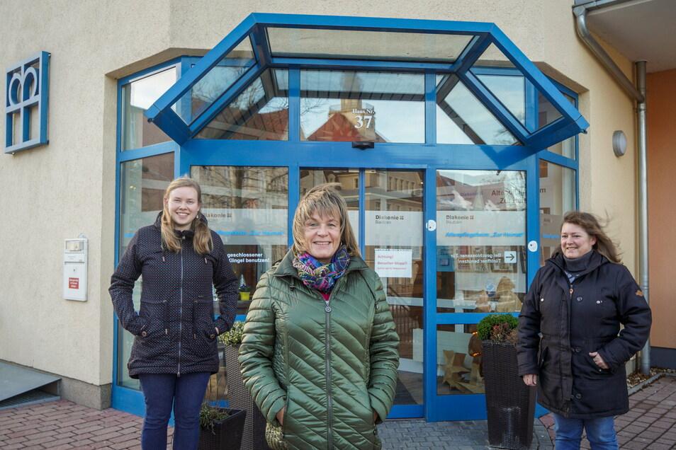 """Anna-Maria Harnisch, Manuela Lehmann und Kathrin Jordan (von links) haben in den vergangenen Wochen im Altenpflegeheim """"Zur Heimat"""" in Bischofswerda ausgeholfen."""