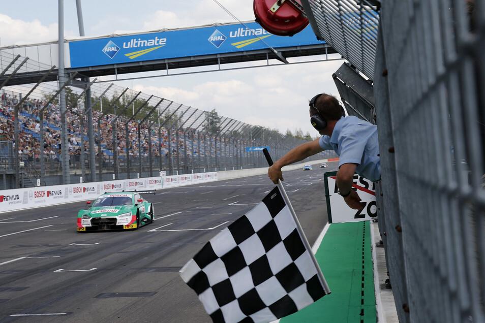 Der Schweizer Audi-Fahrer Nico Müller sieht die Zielflagge am Sonnabend als Erster.