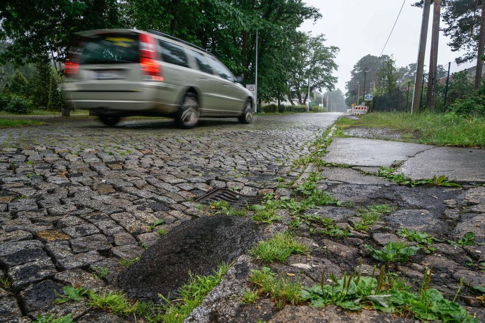 Seit DDR-Zeiten wurde die Eutricher Straße in Königswartha nicht mehr grundlegend erneuert. Das Ergebnis: Flicken und unebenes Pflaster.