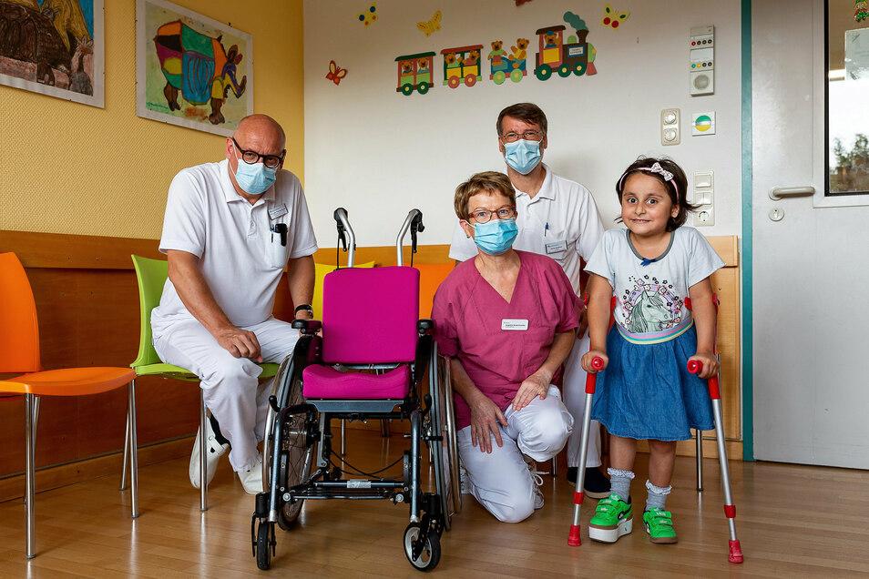Safia kam mit schweren Beinverletzungen ins Freitaler Krankenhaus. Die Chefärzte Lars Thomaschewski (li.) und Daniel Stadthaus sowie Schwester Angelika versorgten die Fünfjährige.