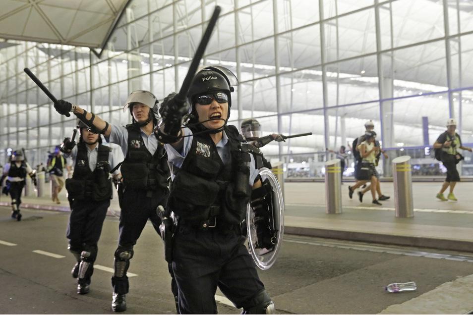 Bei Protesten Tausender Regierungskritiker ist es am Dienstag im Hongkonger Flughafen zu gewaltsamen Zusammenstößen mit der Polizei gekommen.