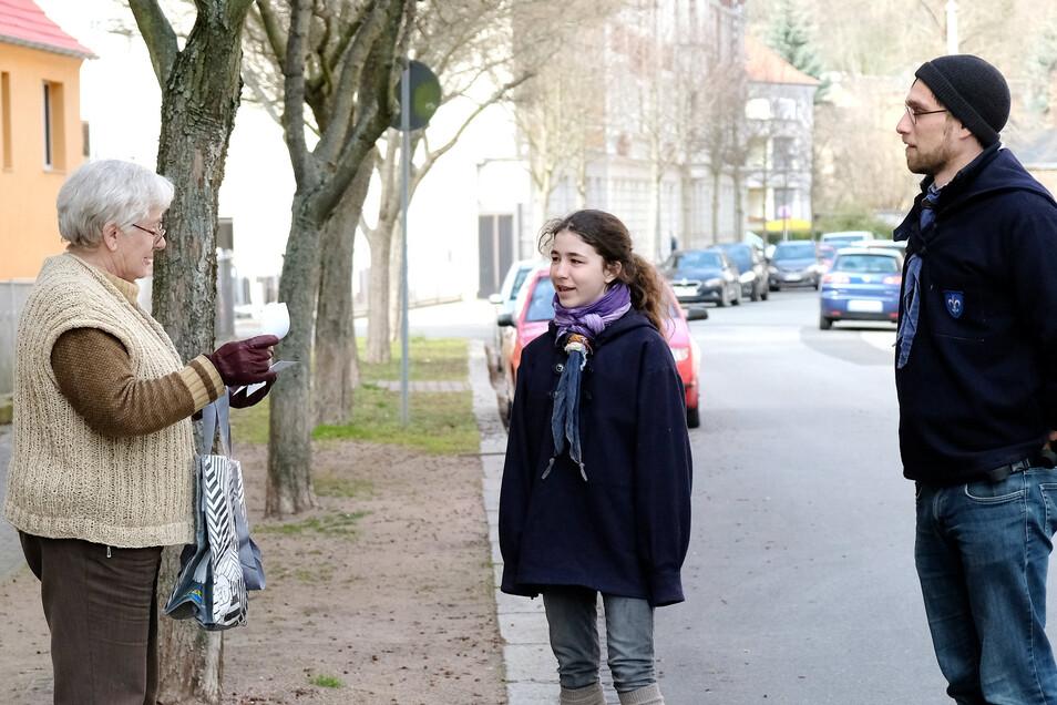 Die Pfadfinder Lea Hübschmann (Mitte) und Sebastian Schmidt helfen Gundula Nauman beim Einkauf. Denn sie zählt zur Risikogruppe.