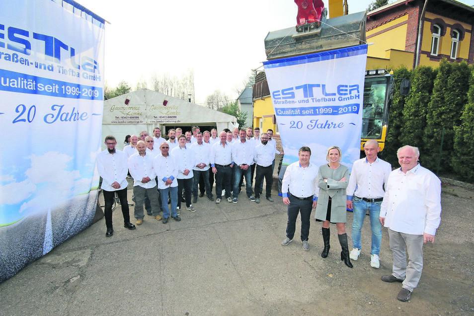 Silvio Karnatz (vorn rechts), Olivia Estler, René Demmler und Hans-Jürgen Estler gehören zur Geschäftsleitung der Straßen- und Tiefbaufirma Estler aus Hartha. Die gibt es seit 20 Jahren.