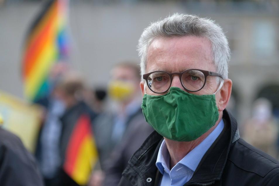 Hier bei einer Anti-Pegida-Demo im Oktober in Dresden: Karl Ernst Thomas de Maizière. (66). Der frühere CDU-Bundesinnenminister ist seit 2009 für den Landkreis Meißen im Bundestag. Im Herbst nächsten Jahres stellt er sich nicht erneut zur Wahl.