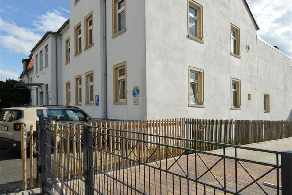 Das Haus in der Harmoniestraße 6 soll abgerissen werden. Das Grundstück kann dann als Schulgelände mit genutzt werden.