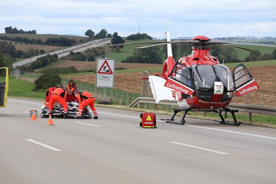 """Eine schwer verletzte Person musste mit dem Rettungshubschrauber """"Christoph 38"""" ins Krankenhaus geflogen werden.."""