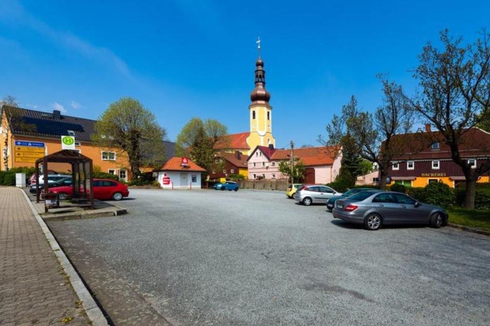 KNACKPUNKT: Auch in den letzten fünf Jahren wurde der Parkplatz an der Bundesstraße in Hochkirch nicht umgestaltet. Deshalb bleibt er im Blick der Räte.