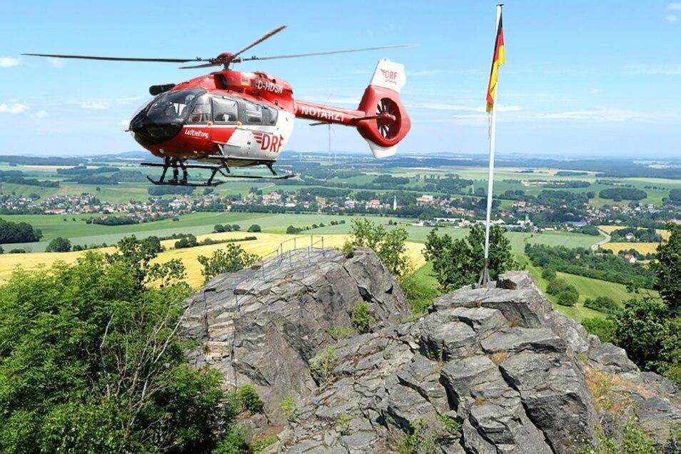Ein Rettungshubschrauber wird am Freitag und Samstag am Spitzberg in Oderwitz - hier eine Montage - im Einsatz sein.
