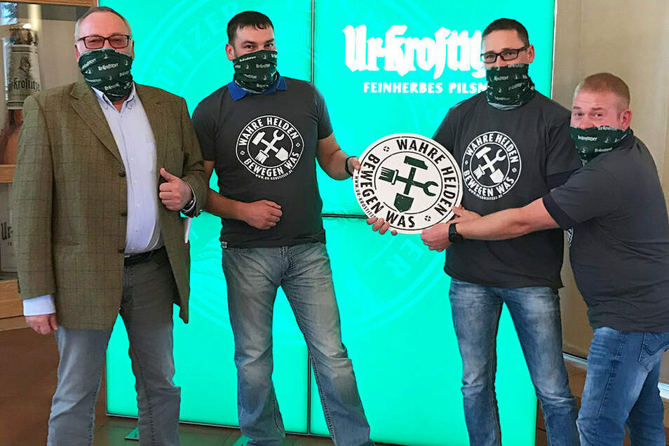 """Brauereichef Wolfgang Welter (links) begrüßte die Mitglieder des Reinsdorfer Feuerwehrvereins anlässlich der Preisübergabe """"Wahre Helden bewegen was""""."""