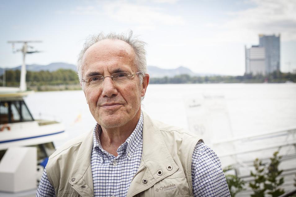 Klaus Wollenweber steht am Rhein in Bonn. Dorthin kehrte er 2005 zurück.