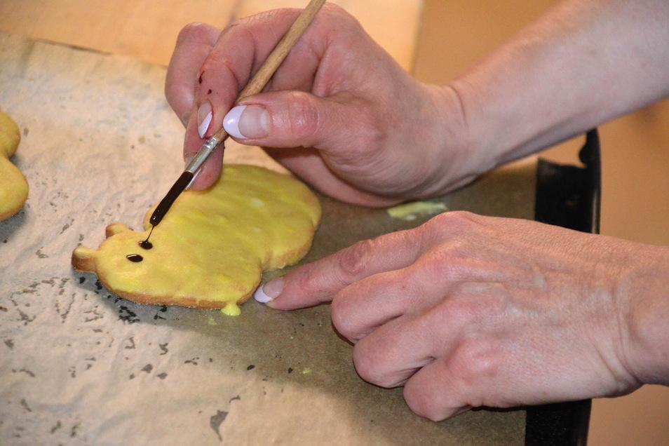 In der Backstube entstehen die Leckereien. Jeder Keks wird einzeln verziert.