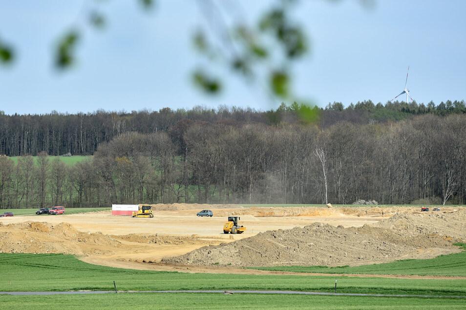 Der Grund ist bereitet: Hier soll der neue Kuhstall der Agrofarm entstehen. Einige Anwohner wollen das verhindern.
