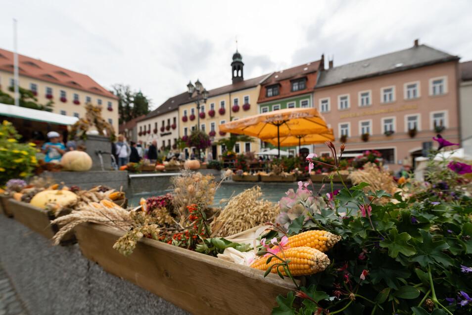 Herbstlich geschmückt. Wird in Stolpen gefeiert, dann bekommt auch der Brunnen am Marktplatz ein neues Gesicht.