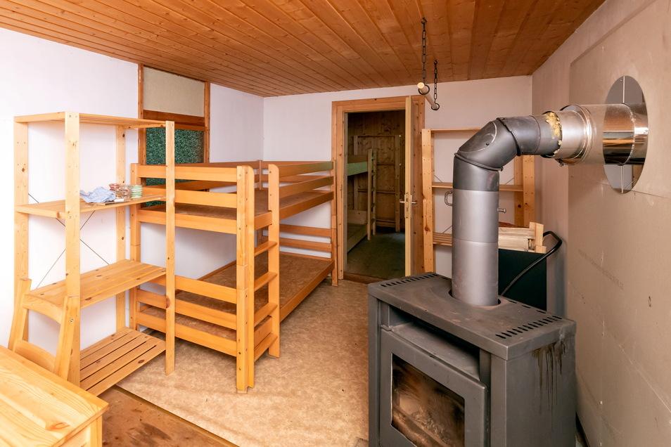 """Spartanisch eingerichtet und trotzdem alles da: In der Trekkinghütte """"Willy's Ruh bei Cunnersdorf"""" können etwa zehn Personen in Stockbetten übernachten. Ein Kamin sorgt für Gemütlichkeit und trockene Sachen."""