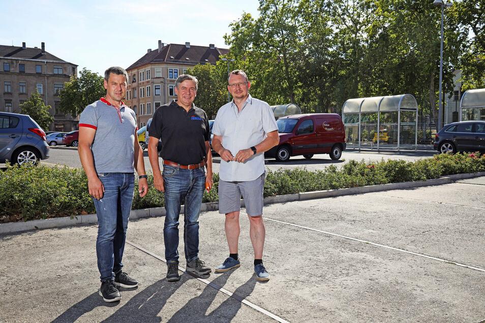 """Die Stadträte Torsten Pilz, Michael Herold und Falk Dierchen (v.l.n.r.) an der Stelle, an der künftig die neue """"Käferlinde"""" stehen soll."""