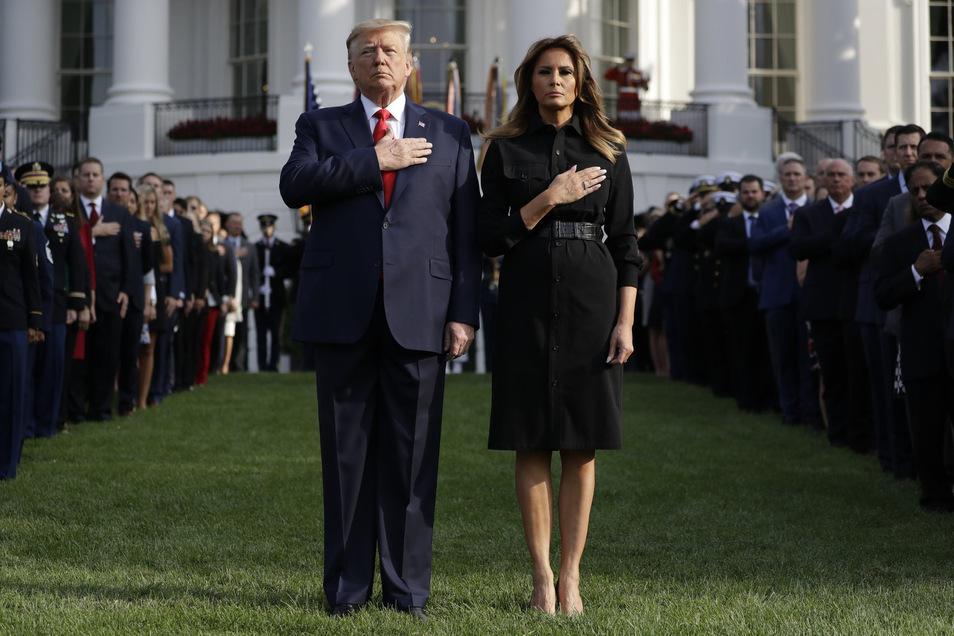 Donald Trump, Präsident der USA, nimmt gemeinsam mit Ehefrau Melania Trump und Gästen halten während der Zeremonien zum 18. Jahrestag der Terroranschläge gegen die Vereinigten Staaten eine Schweigeminute ein.