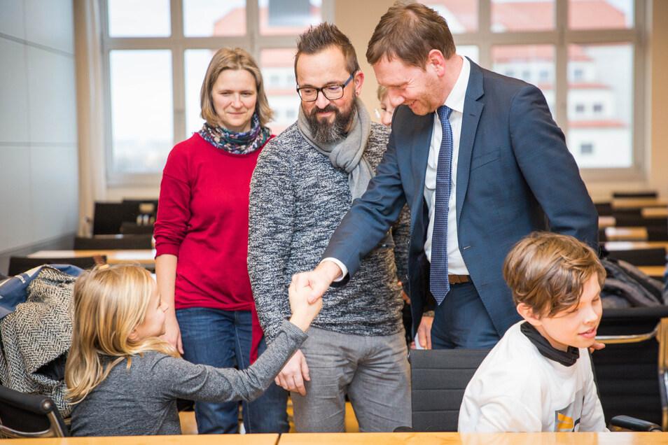 Kretschmer hörte sich auch die Sorgen der Eltern an, die Kinder an der Dresdner Jencke-Schule haben. Dort fehlen Lehrer, die über ausreichend Gebärdensprach-Kenntnisse verfügen. Vater René Mittländer (Mitte) kämpft seit Monaten darum, dass seine Kinder im