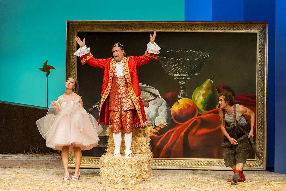 Die Landesbühnen Sachsen spielen in der Vorweihnachtszeit das Märchen vom Gestiefelten Kater auf der Bühne des Großen Parksaals in Dipps.