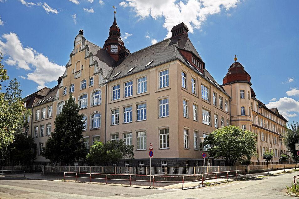 Das Werner-Heisenberg-Gymnasium im Stadtteil Gröba. Für kommendes Schuljahr gab es nur 32 Bewerber. Ein Grund, die Schule infrage zu stellen?