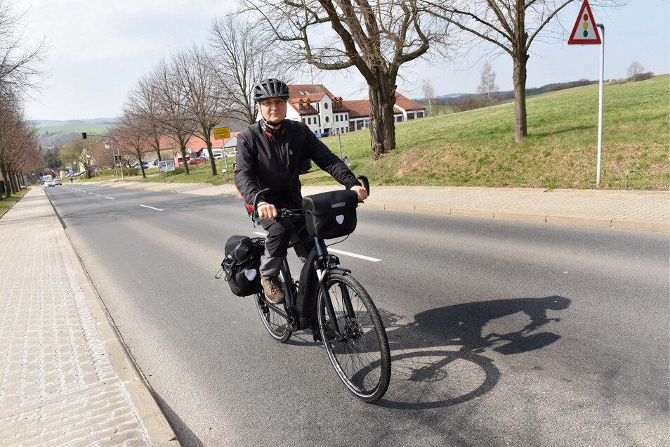 Dank Elektroantrieb ist die Steigung kein Problem: Wolfgang Bartzsch fährt auf der Rabenauer Straße in Dippoldiswalde stadtauswärts.
