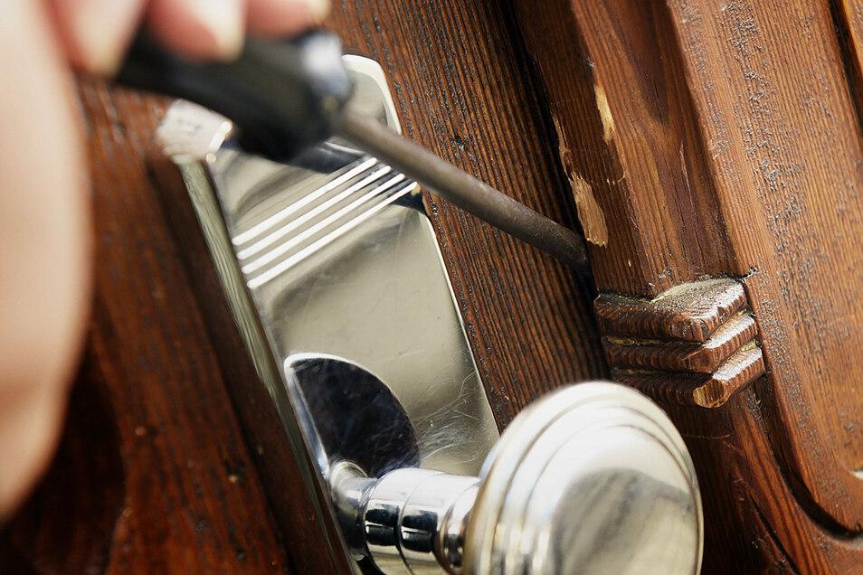 Einbrecher haben die Türen zu zwei Wohnungen in Döbeln aufgehebelt.