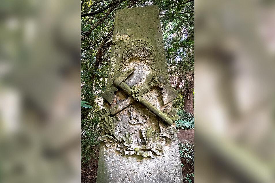 Dieses Feuerwehr-Denkmal auf dem Taucherfriedhof in Bautzen soll saniert werden. Dafür bitten die Kameraden der Bautzener Wehr um Spenden.