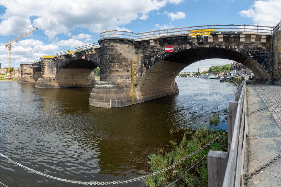Über den Brückenrand hinaus ragen die Konsolsteine, die von den Pirnaer Sandsteinwerken neu hergestellt oder saniert wurden.