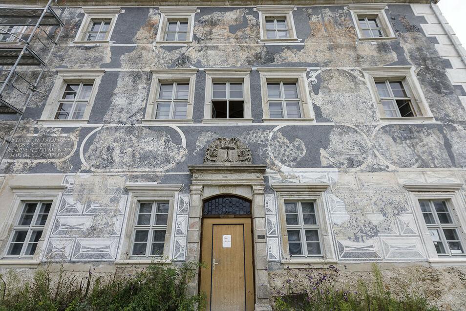 Alt und neu vereint: Die wertvolle Sgraffito-Fassade von Schloss Ober-Neundorf präsentiert sich heute in einem beeindruckenden Zustand.