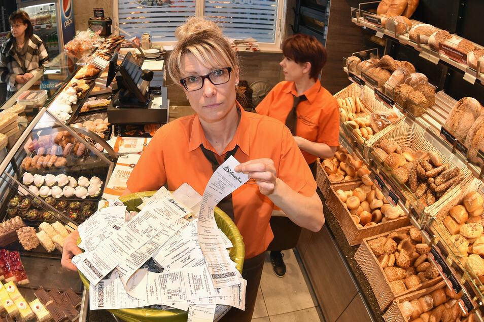 Michaela Koch von der Löbauer Bäckerei Schwerdtner Löbau füllt täglich Mülleimer mit zig Kassenbons.