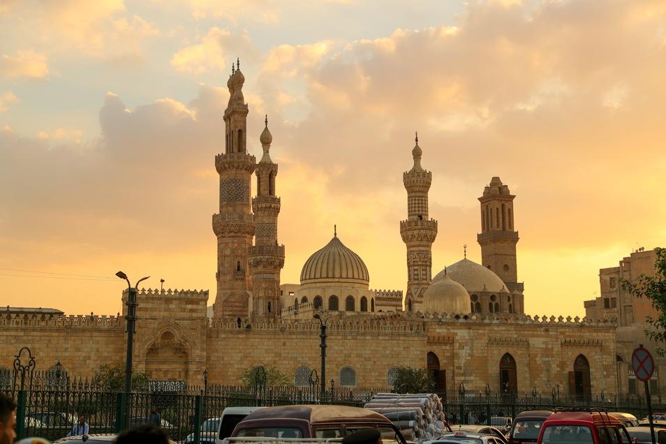 Die Sonne geht hinter der Al-Azhar-Moschee in Kairo unter.