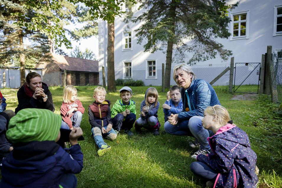 Ute Wunderlich (2. v. r.), Schulleiterin der Schkola, ist froh, dass das neue Schuljahr im Schloss Gersdorf beginnen konnte. Lernen in der Natur ist hier angesagt.
